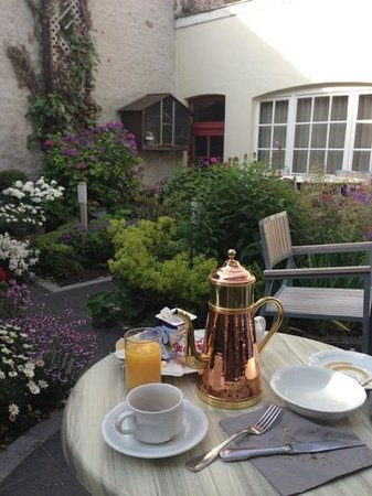 Anselmus Hotel: Breakfast in the garden.