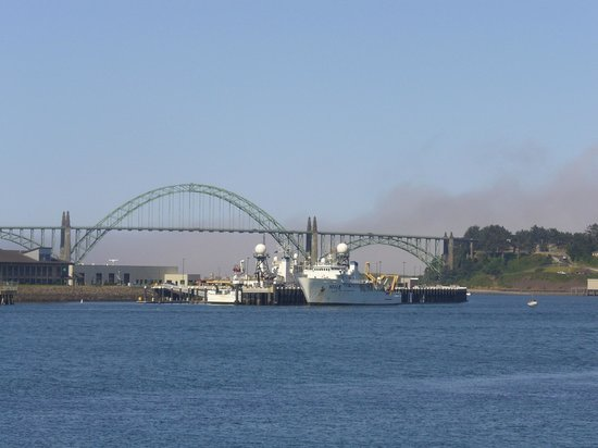 Embarcadero Resort Hotel: Day View of Newport Bridge from Deck