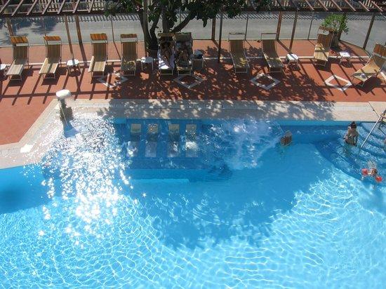 Bellevue et Mediterranee : la piscina vista dalla camera