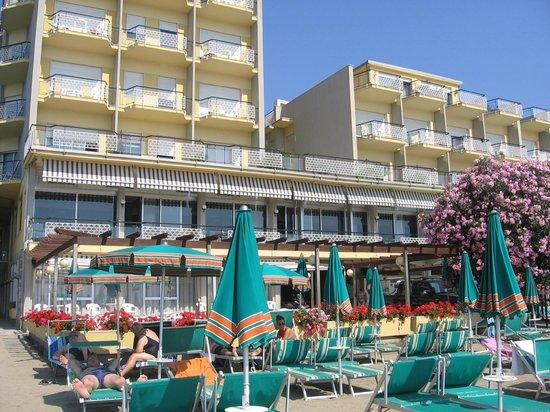 Bellevue et Mediterranee: la facciata dell' hotel visto dalla spiaggia