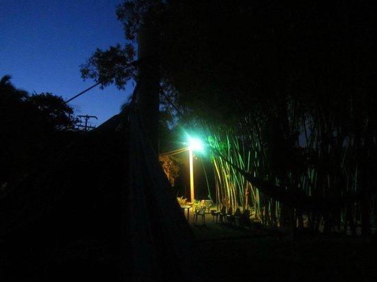 Hotel Rio Alto: Vista desde las hamacas en la noche