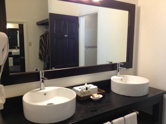 Sandy Haven Resort: Sinks and Closet behind