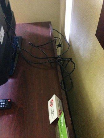 Extended Stay America - Atlanta - Alpharetta - Rock Mill Rd.: Wire ties?