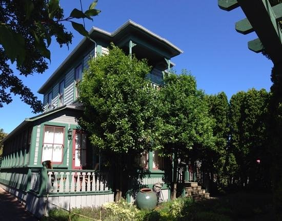 Spinnakers Brewpub and Guesthouses : Their Heritage House B&B is only about 100' fron the restaurant. Five VERY NICE rooms, all with