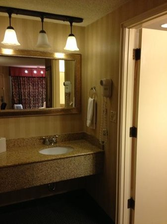 Red Lion Inn & Suites Missoula: second sink outside if bathroom.