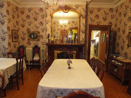 Bread And Roses Inn: Breakfast area, like all areas, of the house is well decorated in period furniture.