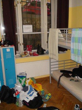"""Hostel Emma: Notre chambre """"un peu"""" bordélique, mais il y a de quoi ranger :)"""