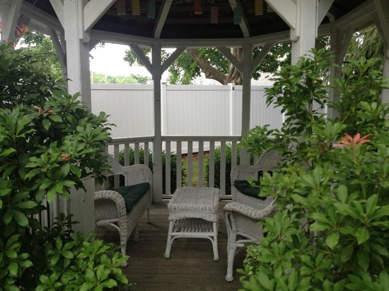 Scranton Seahorse Inn: Gazebo on B&B grounds