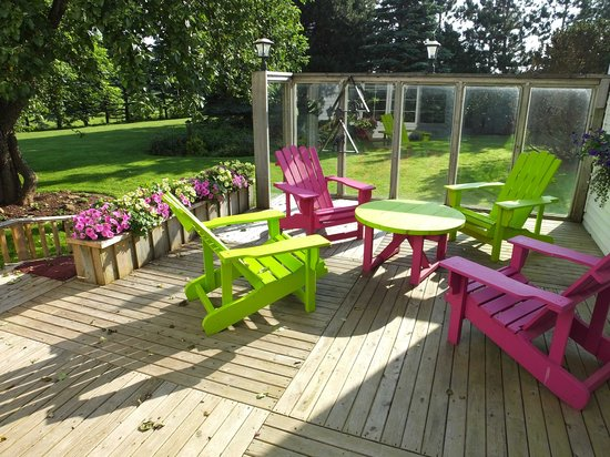 Baker's Chest Tearoom and B&B: Beautiful outdoor areas