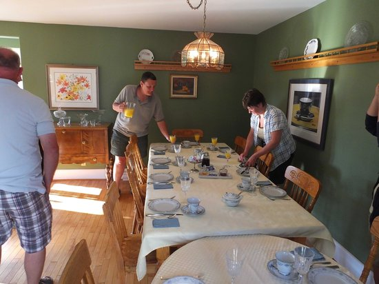 Baker's Chest Tearoom and B&B: Maarten and Nellie serve a wonderful breakfast.