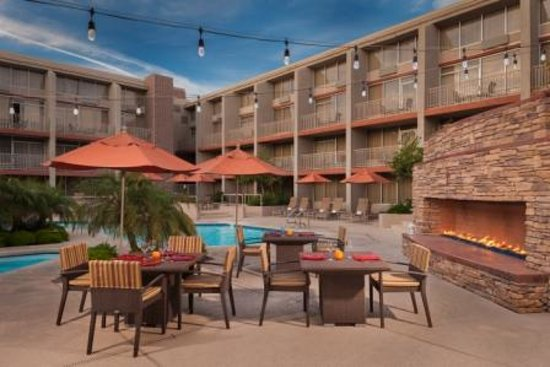 Sheraton Phoenix Airport Hotel Tempe: Pool and Fireplace