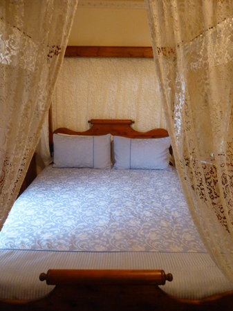 Seaview Lodge Hotel: Comfy bed.