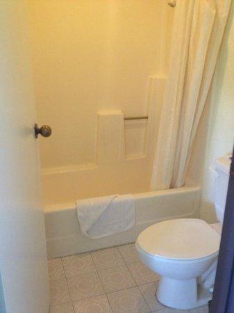 Cabrillo Inn & Suites Airport: bathroom, pretty simple