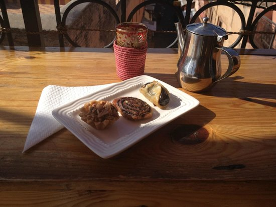 Cafe Bibliotheque: Mint tea & pastries
