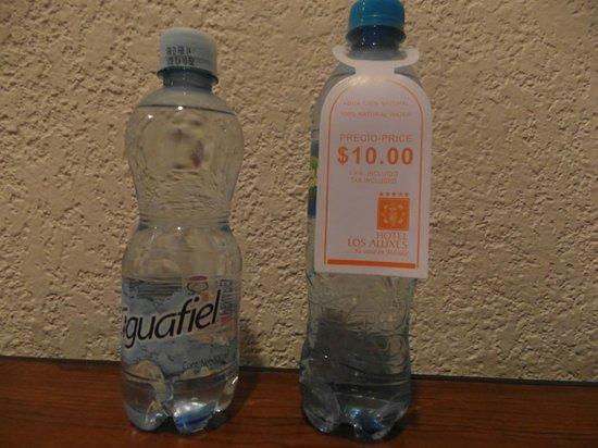 Los Aluxes: a la izquierda, el agua me costo 2.50 por 500 ml, a la derecha es de 600 ml y vean el precio.
