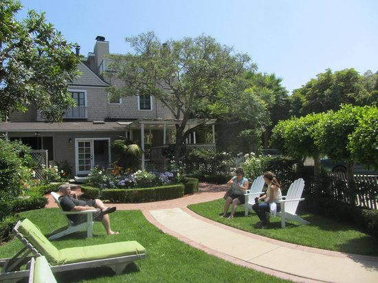 The Upham Hotel & Country House: Guests get comfortable in the backyard garden.