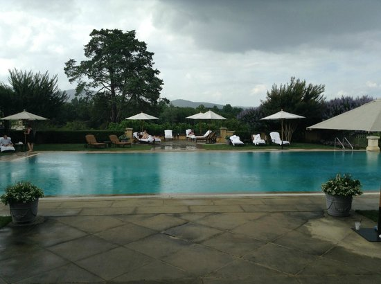 Keswick Hall: Infinity pool in a rain shower