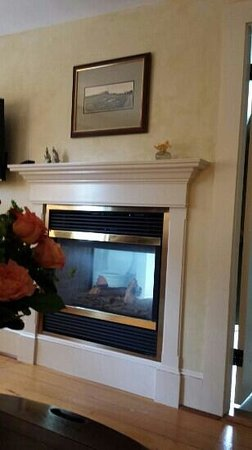Captain Jefferds Inn : Roses and fireplace
