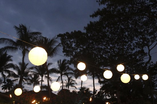 Four Seasons Resort Hualalai: Oh, what a night! (special lighting for the reception area)