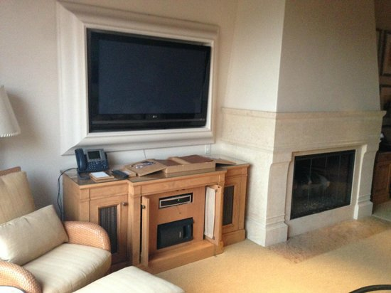 The Resort at Pelican Hill: TV/ Fireplace area in Living Room in Bungalow Suite