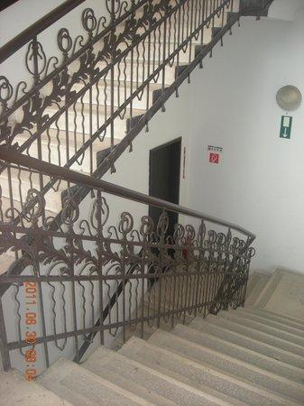 キングス ホテル, 外階段を回ってフロントに行く