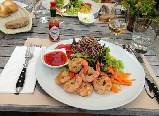 THEATERrestaurant: Grillierte Riesen Crevetten mit frischen Blattsalaten