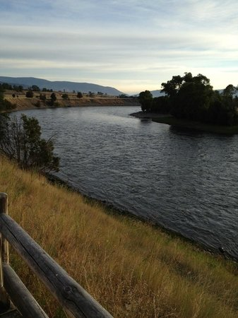 Yellowstone Valley Lodge: Who would not love this view from the deck outside the room?