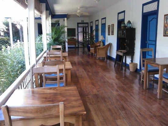 La Posada Azul: Área de comedor y habitaciones a la derecha