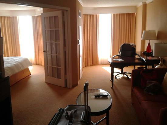 Chicago Marriott Suites O'Hare: Walking into room on 6th floor