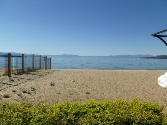 Howard Johnson South Lake Tahoe: Here's the beach, so close to the room/hotel!