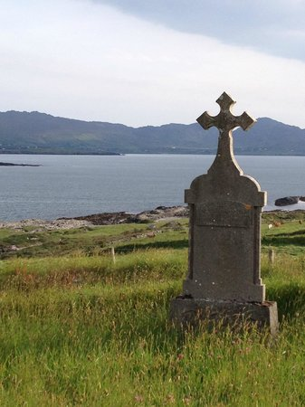 Abbey Court B&B: Kilcatherine Cemetery on the Ring of Beara