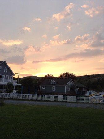 Brittoner B&B: Sunset in the backyard