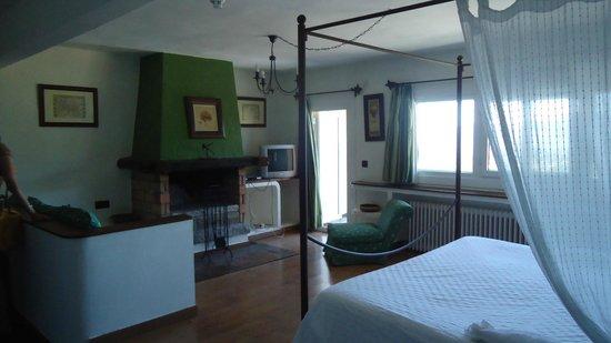 Casona de Navalmedio: habitacion con hogar a leña