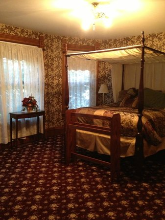 Victorian Dreams Bed and Breakfast : Bedroom