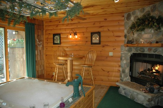 Lazy Cloud Inn: Whirlpool for 2 and fireplace in Dreamcatcher Suite
