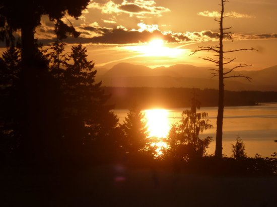 Eagle Landing Bed and Breakfast: Sunset from the front deck
