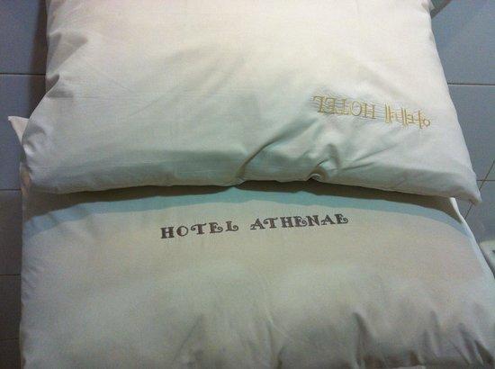Hotel Athene: 枕頭有黃污未清潔乾淨