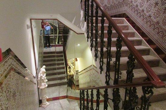 Hotel Maestranza : mirrored stairwell