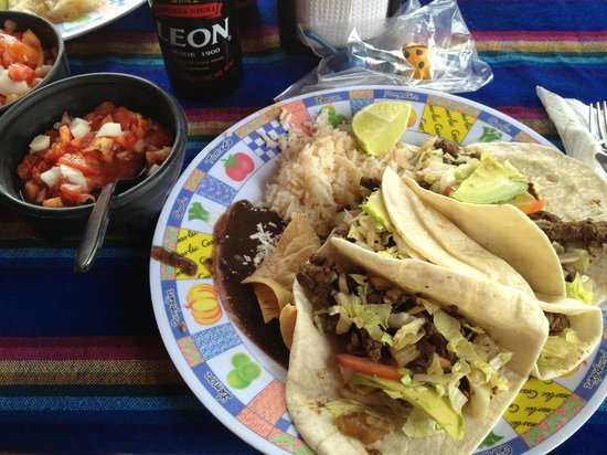 Restaurante Frosty's: The beef taco's along with the salsa and the local beer we tried (Leon).