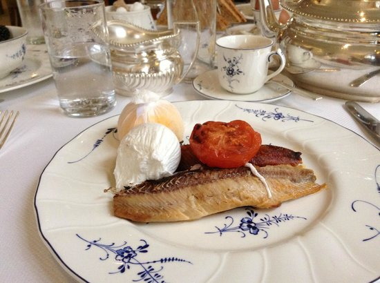 The Goring: Proper kippers with lemon slice, soft poached egg and warm tea to wash it all down