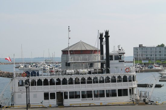 Holiday Inn Kingston - Waterfront: cruise was right outside the hotel