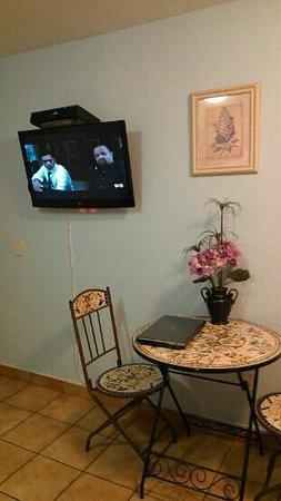 Leucadia Beach Inn: Table area/ TV