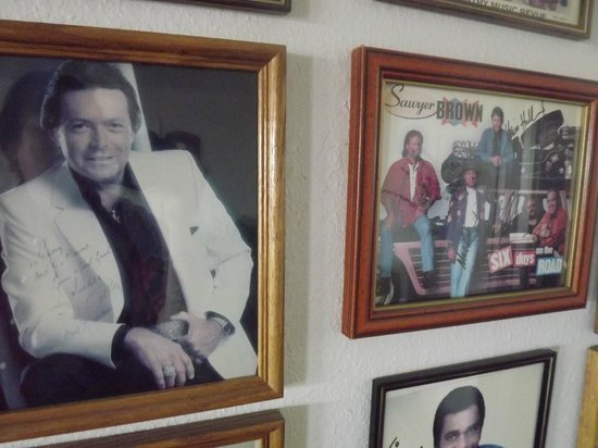 Chaparral Inn: Mickey Gilley, Sawyer Brown