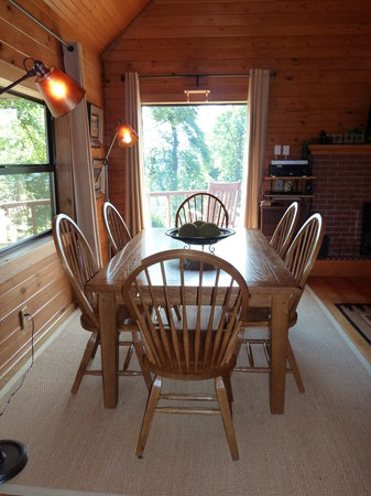 Frannie's Cabins : Dining Table
