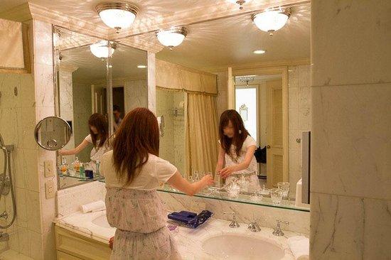 The Ritz-Carlton, Osaka: 洗面台は二つあります。