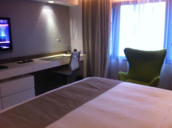 The Mira Hong Kong: working area in the room