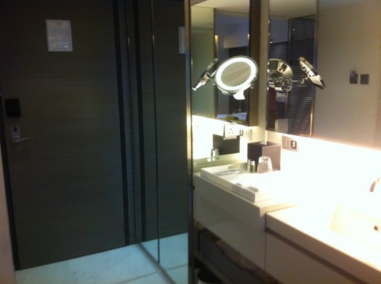 The Mira Hong Kong: weird layout for a part of the bathroom in the entrance