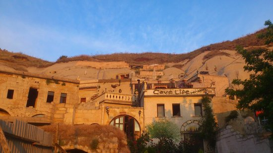 Cave Life Pension: Вид на отель с улицы