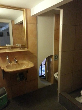 Hostel 24: Clean bathroom, with the exception of the windowsill