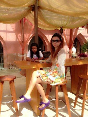 Marrakesh Hua Hin Resort & Spa: บริเวณริมสระน้ำที่ทานอาหารเช้า